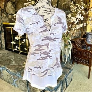 Sanctuary Tops - Sanctuary White Camo Short Sleeve Top NWT Size XS